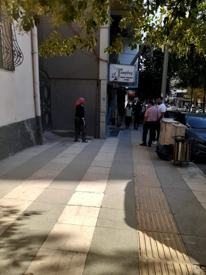 Çaldıkları kapıda polisi görünce kaçmaya çalıştılar