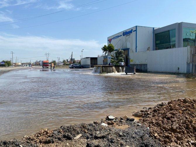 İSKİ'ye ait su borusu patladı, yol göle döndü