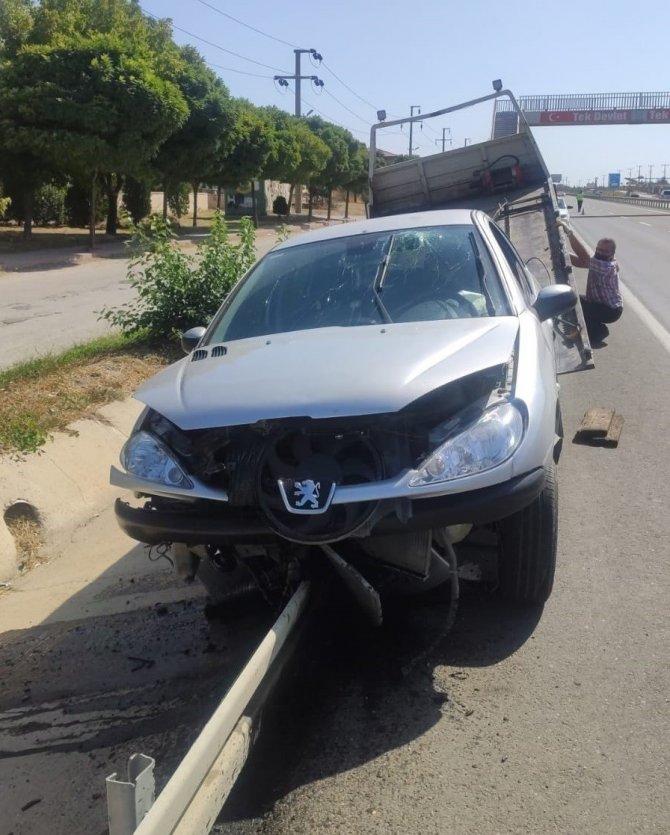 Maskesi düşen sürücü kaza yaptı
