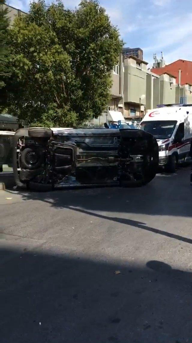 Otomobilin çarptığı hafif ticari araç böyle yan yattı