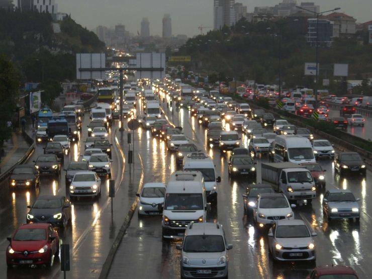 İstanbul'da yağmur yağdı; trafik yüzde 69'a ulaştı