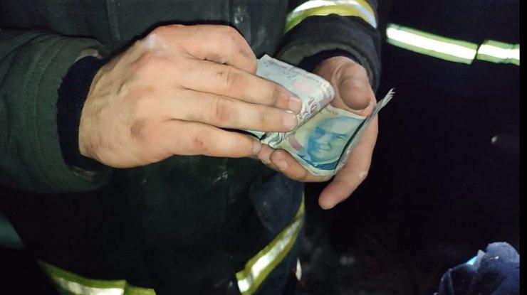 Yanan evindeki parasını itfaiye görevlisinden teslim aldı