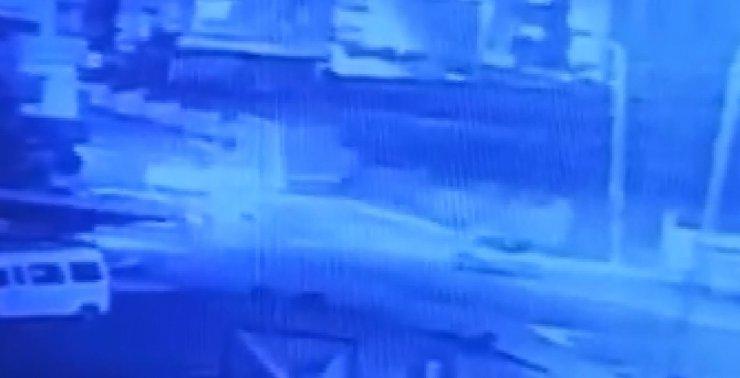 Dur ihtarına uymadığı polislerin araçlarına çarpıp kaçtı