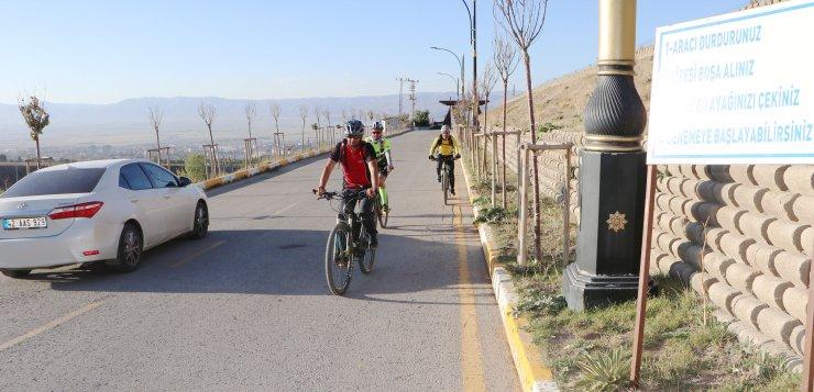 'Gizemli yol'u bisikletleriyle denediler