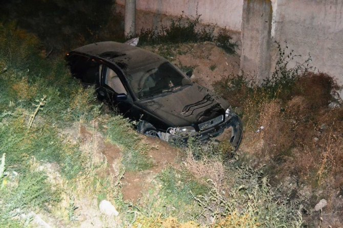 Kontrolden çıkan otomobil çukura düştü