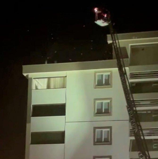 Apartman çatısındaki yangın söndürüldü