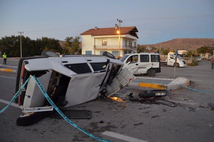 Otomobil, ticari araca çarptı: 1 ölü