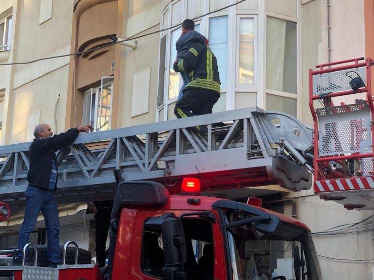 Pencere ve korkuluk arasında mahsur kalan çocuğu itfaiye kurtardı