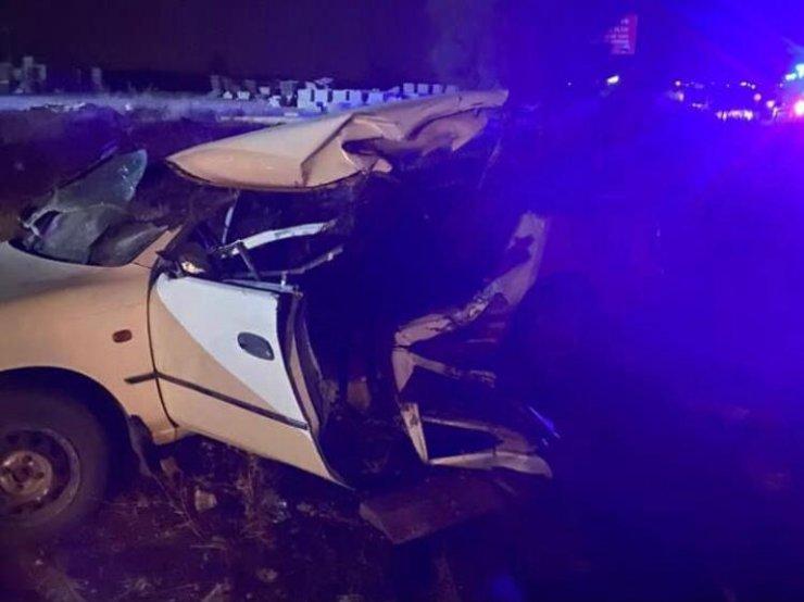 İş makinesiyle çarpışan otomobilin tavanı koptu: 2 ölü