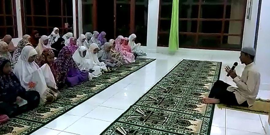 Endonezya'daki yetimlerden Türk askerine dua