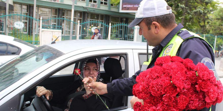 Trafik polislerinden annelere en anlamlı hediye
