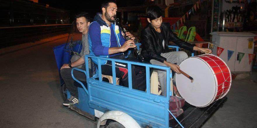Konya'da Ramazan davulcuları triportörle mesaiye başladı