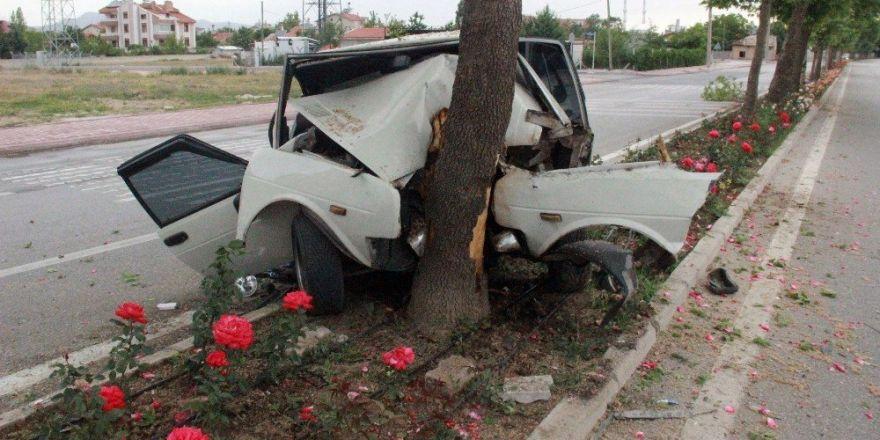 Konya'da ağaca çarparak hurdaya dönen otomobilden yaralı olarak kurtuldu
