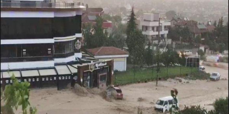Konya'da yağmur sele dönüştü
