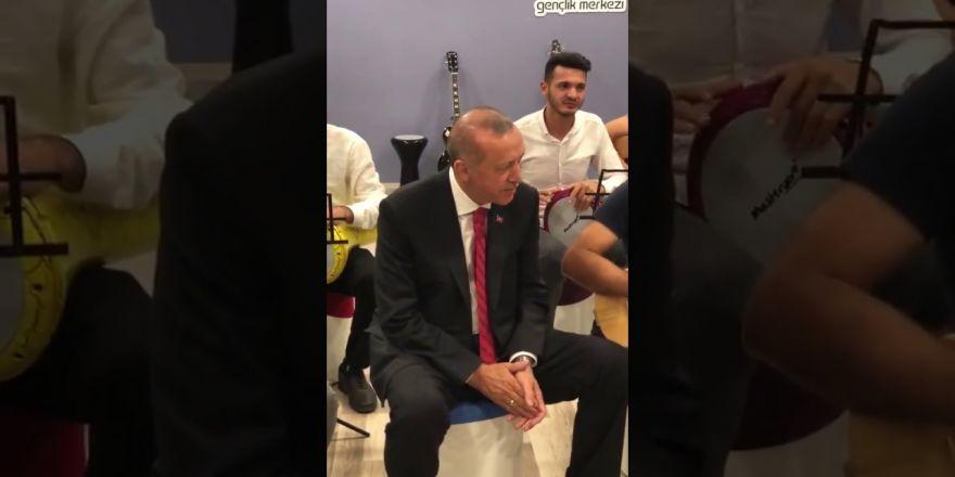 Erdoğan Mardin'de Miting Yorgunluğunu Gençlerle Türkü Okuyarak Attı