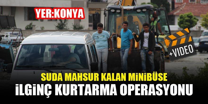 Suda mahsur kalan minibüse ilginç kurtarma operasyonu