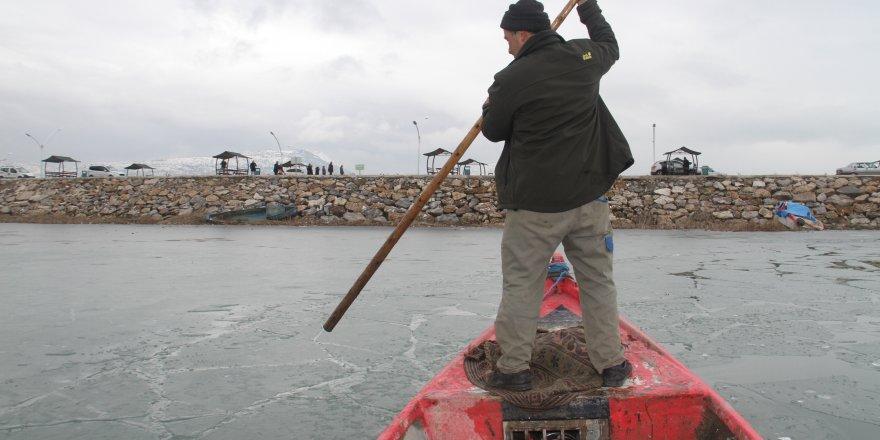 Beyşehir Gölü'nde buzlar arasında avlanma mesaisi
