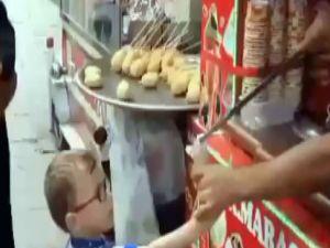 Küçük çocuğun dondurmacıyla imtihanı