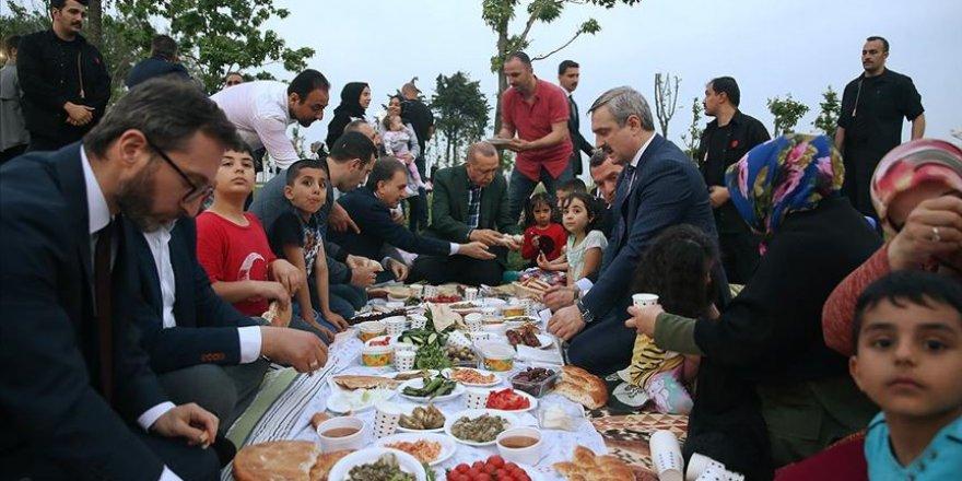 Başkan Erdoğan, Zeytinburnu sahilinde vatandaşlarla iftar yaptı.