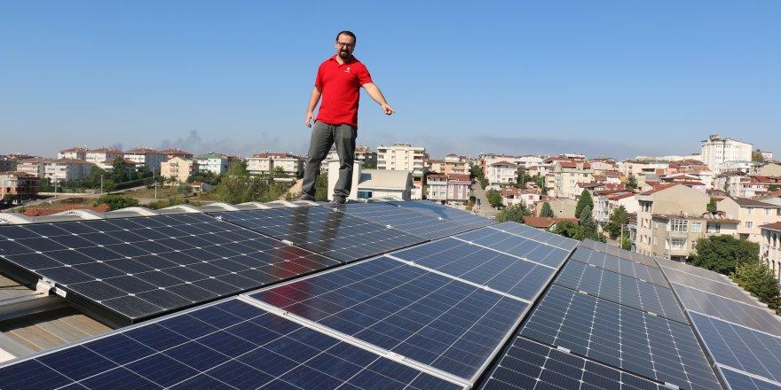 Evinin çatısında elektrik üretiyor,dağıtım şirketlerine satıyor