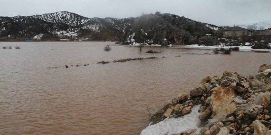 Yağışlar ve eriyen kar suları, ekili arazileri sular altında bıraktı