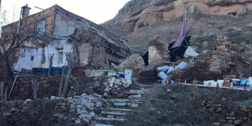 Konya'da dağdan yuvarlanan kaya evi yıktı