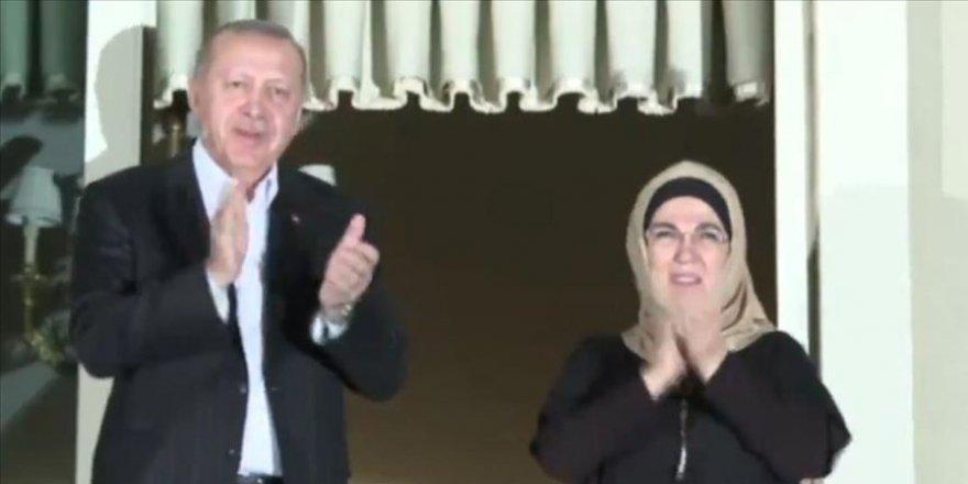 Cumhurbaşkanı Erdoğan ve eşi sağlık personeline alkışlarla destek verdi
