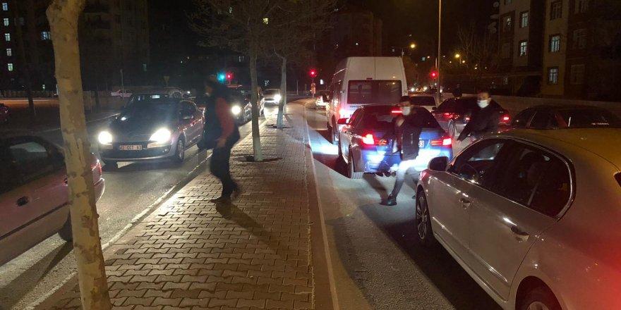 Sokağa çıkma yasağının açıklanmasının ardından Konyalılar marketlere akın etti
