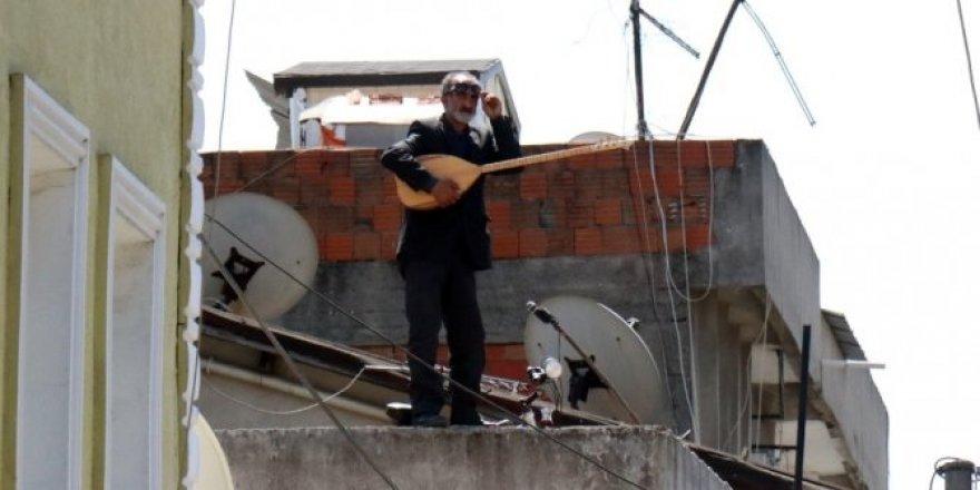 Karantina altındaki sokakta çatıya çıktı
