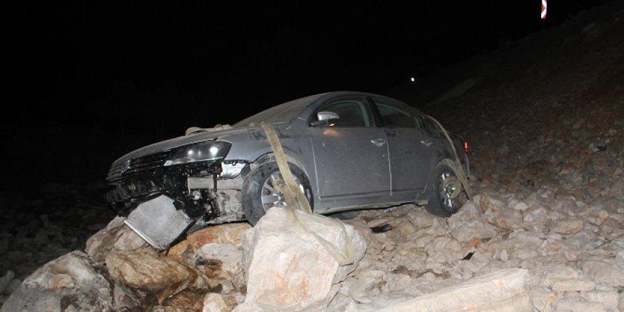 Yoldan çıkan otomobil kayalıklar üzerine düştü