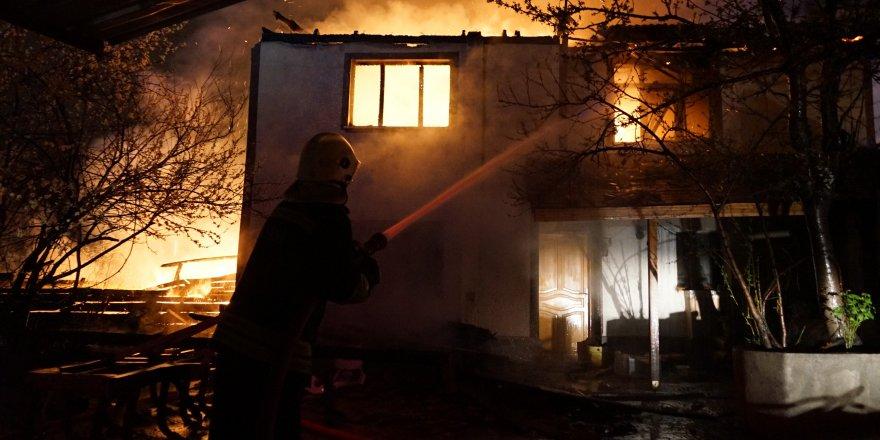 4 ev ve 1 odunluk yanarak küle döndü