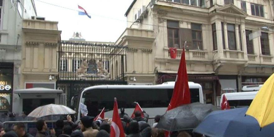 Konsolosluk önündeki protesto gösterisi sürüyor