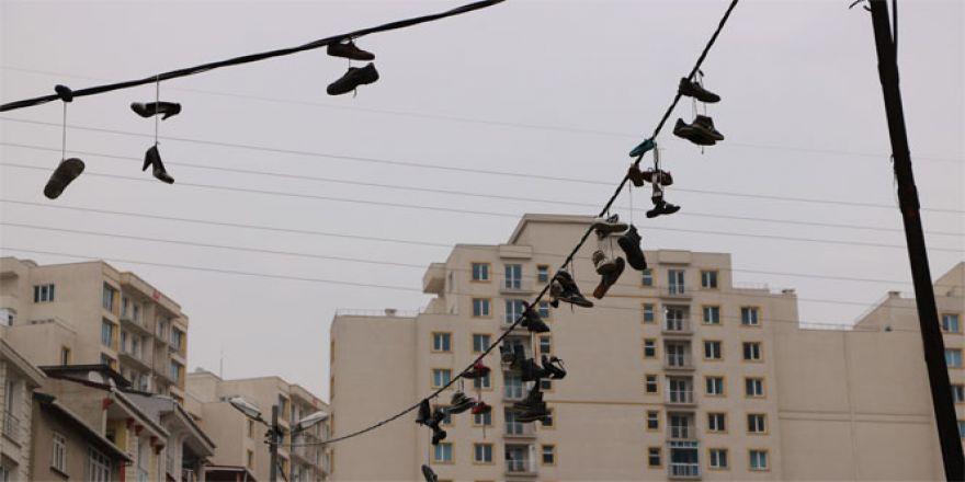 Ayakkabıları çalıp, elektrik kablolarına astılar