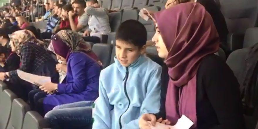 Gönüllüler görme engelli öğrencilere Konyaspor maçını anlattı