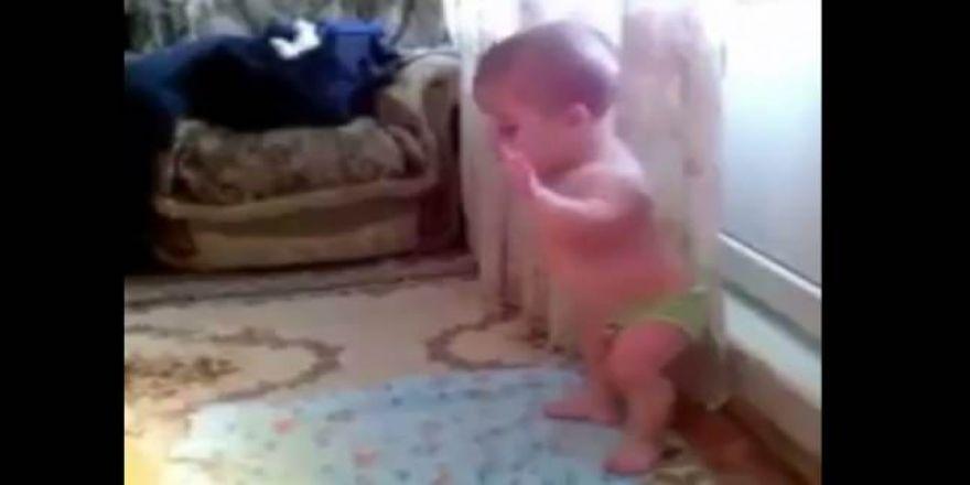 Namaz kılan bebek sosyal medyayı salladı