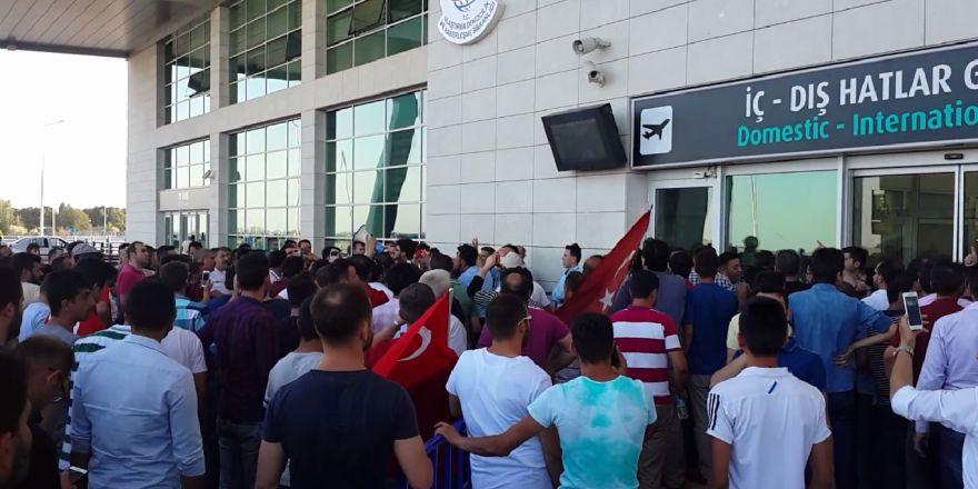 Askeri üs'de hareketlilik olduğunu duyan Konyalılar