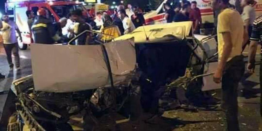 Konya'da feci kaza: Otomobil kağıt gibi ezildi!
