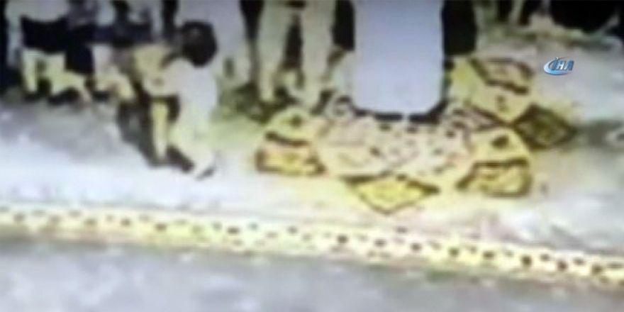 Konya'da minik yaramaz taburesini aldığı adamı yere düşürdü