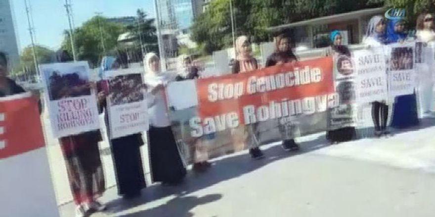 Müslümanlar BM önünde protesto yapıyor