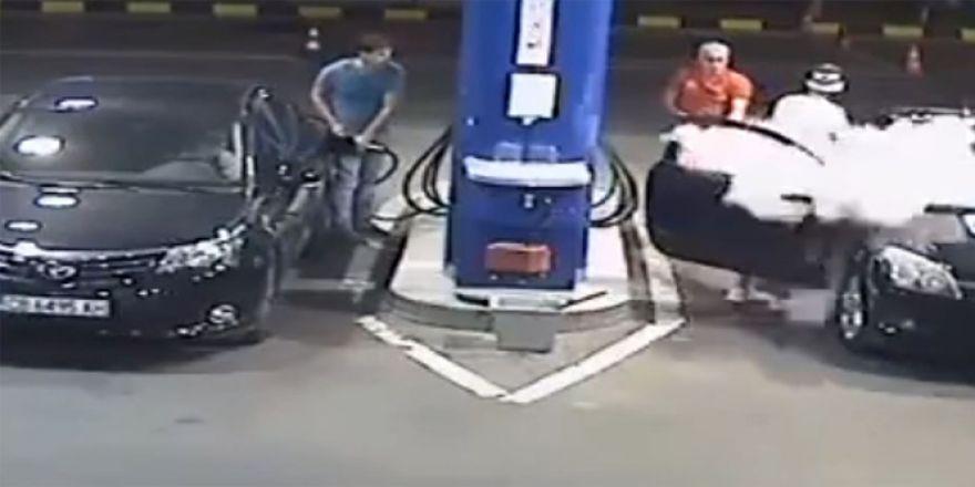 Sen misin benzin istasyonunda sigara içen!