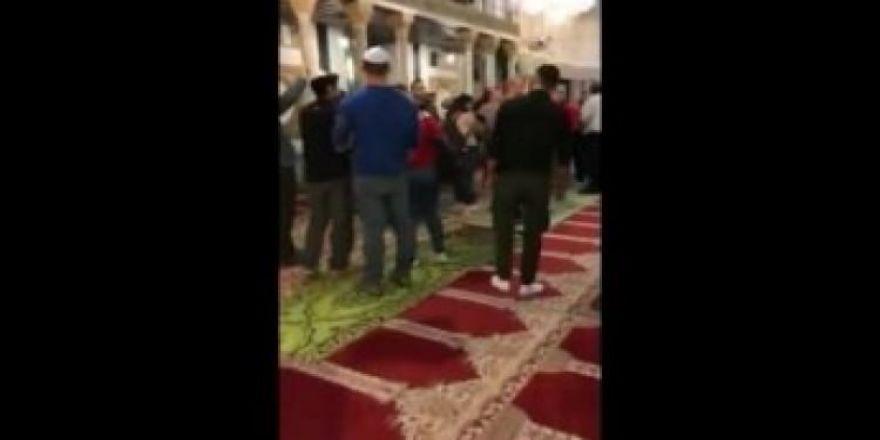 Yahudilerin camide yaptığı saygısızlığa bakın!